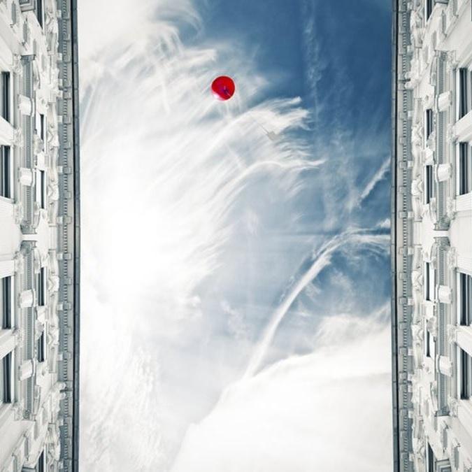 Un globo con helio vuela