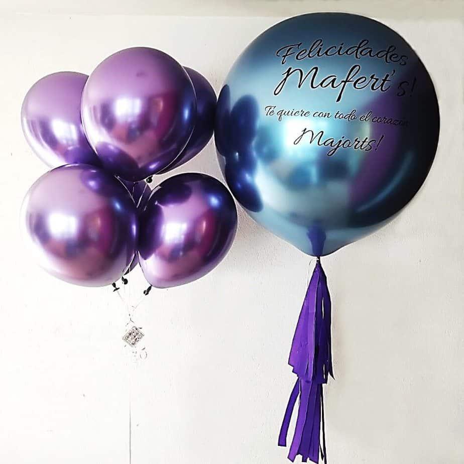 Globo con helio gigante personalizado y racimo de globos